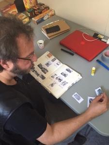 Thomas Bart organise les vignettes sur un cahier : repaire indispensable pour la création d'une projection